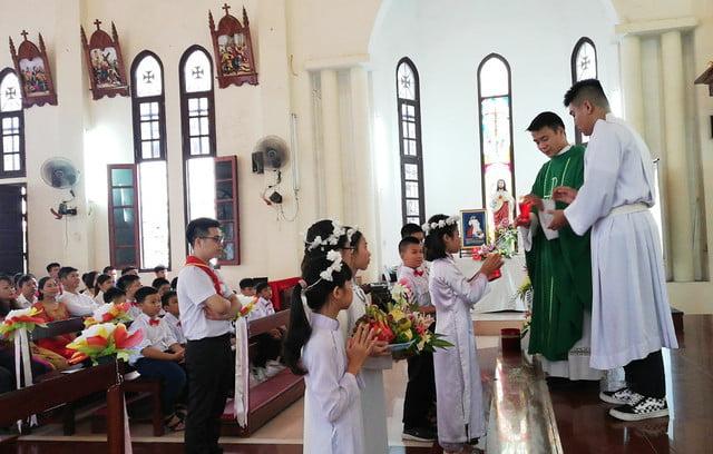 16201 ruoc le lan dau 4 - Giáo họ Đình Quán: Niềm vui lần đầu đến Bàn Tiệc Thánh của 27 em Thiếu nhi