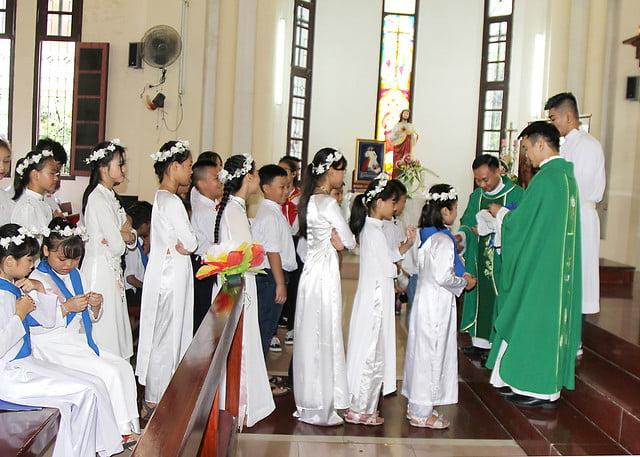16201 ruoc le lan dau 6 - Giáo họ Đình Quán: Niềm vui lần đầu đến Bàn Tiệc Thánh của 27 em Thiếu nhi