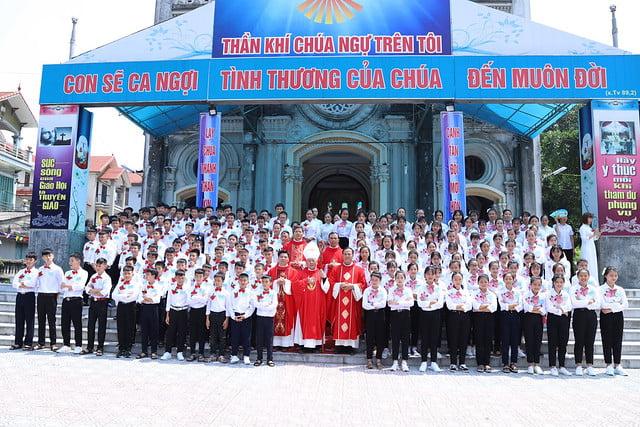 16270 them suc 8 - Giáo xứ Thạch Bích và Cao Mật Bến: 168 em thiếu nhi lãnh nhận Bí tích Thêm sức