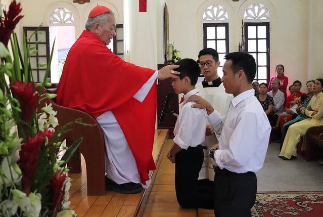 16323 them suc 3 - Giáo xứ Thụy Ứng: 51 em thiếu nhi lãnh nhận ấn tín ơn Chúa Thánh Thần