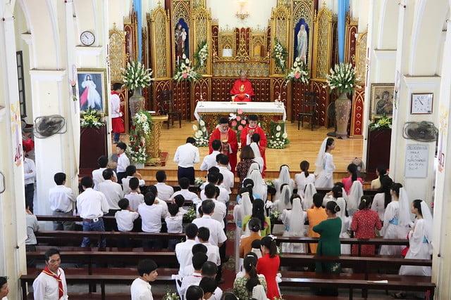 16323 them suc 6 - Giáo xứ Thụy Ứng: 51 em thiếu nhi lãnh nhận ấn tín ơn Chúa Thánh Thần