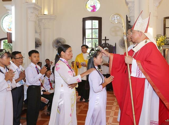 16324 them suc8 - Giáo xứ Hòa Khê: Thánh lễ ban Bí tích Thêm sức cho 42 em thiếu nhi