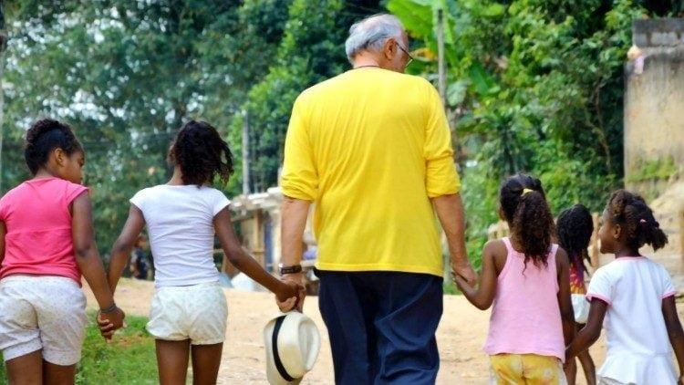 cha renato va cac tre em cua casa do menor 750x422 - Cha Renato Chiera, người cha của những đứa con không được yêu thương