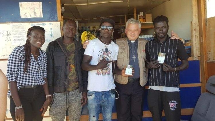 dhy krajewski va nhung nguoi ti nan 750x422 - Đức Hồng Y Krajewski thăm người tị nạn