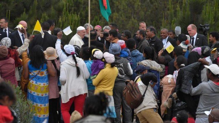 dtc cau nguyen cho nguoi lao dong o madagascar 750x422 - ĐTC cầu nguyện cho người lao động ở Madagascar