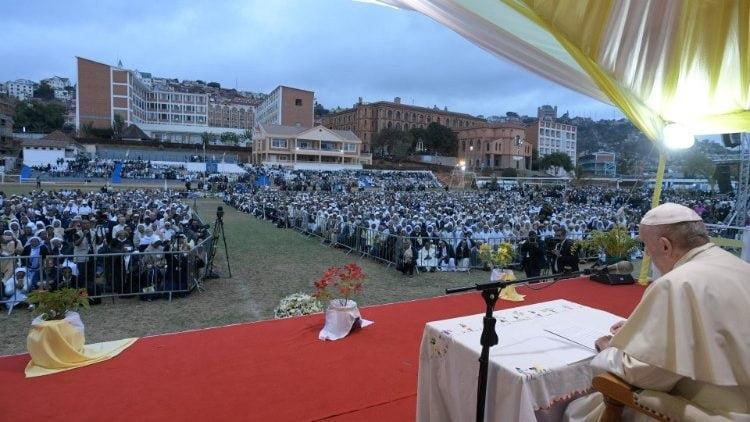 duc thanh cha gap cac linh muc tu si nam nu va chung sinh madagascar 2 750x422 - Đức Thánh Cha gặp các linh mục, tu sĩ nam nữ và chủng sinh Madagascar