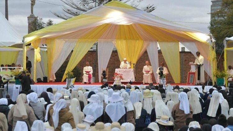 duc thanh cha gap cac linh muc tu si nam nu va chung sinh madagascar 750x422 - Đức Thánh Cha gặp các linh mục, tu sĩ nam nữ và chủng sinh Madagascar
