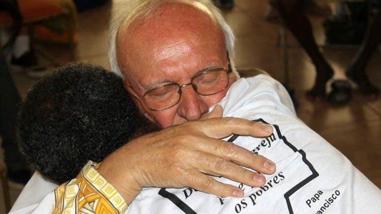 tinh yeu cho di se duoc nhan lai 750x422 - Cha Renato Chiera, người cha của những đứa con không được yêu thương
