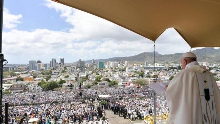 tuong dai duc maria nu vuong hoa binh 4 750x422 - ĐTC cử hành Thánh lễ tại Tượng đài Đức Maria Nữ Vương Hòa bình