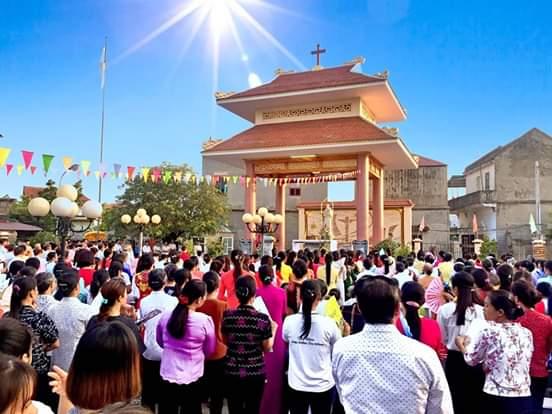 16387 luong xa 10 - Giáo xứ Lường Xá thay mặt Tổng Giáo phận chầu Thánh Thể Chúa 2019