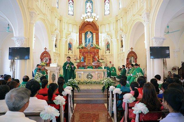 16387 luong xa 6 - Giáo xứ Lường Xá thay mặt Tổng Giáo phận chầu Thánh Thể Chúa 2019