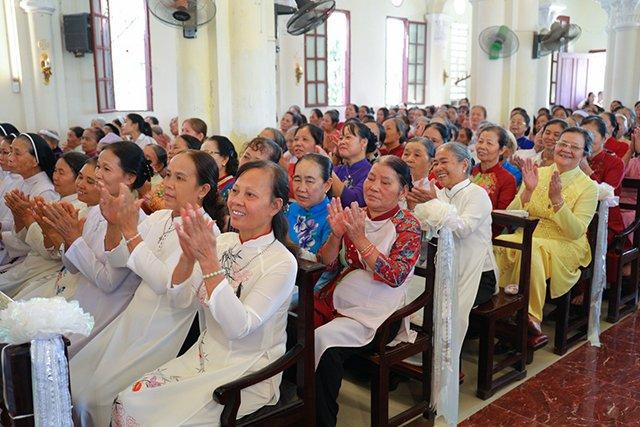 16387 luong xa 7 - Giáo xứ Lường Xá thay mặt Tổng Giáo phận chầu Thánh Thể Chúa 2019