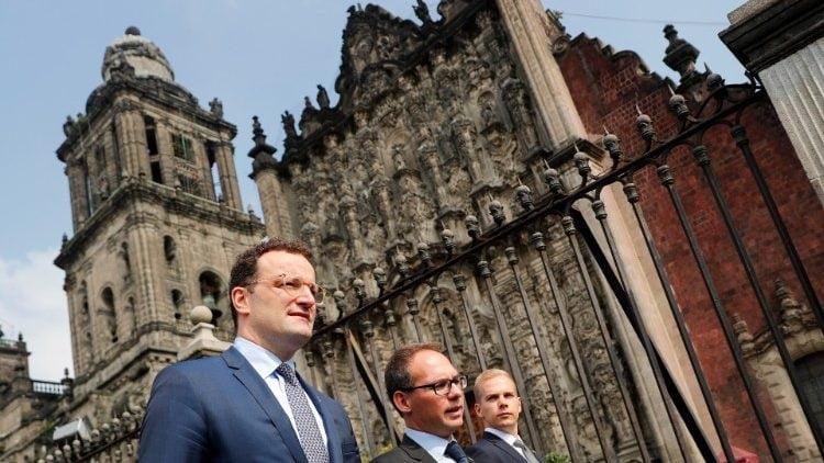 ben ngoai nha tho chinh toa 750x422 - Nhà thờ chính tòa Mexico City suýt bị đốt