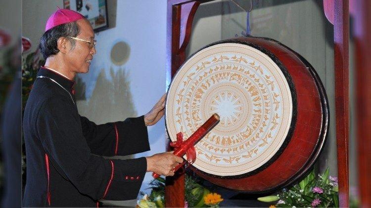 duc cha gioan do van ngan danh trong khai giang 750x422 - Trường Cao đẳng Hoà Bình Xuân Lộc: tốt nghiệp và khai giảng