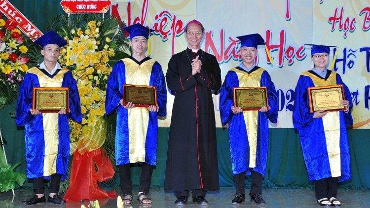 duc cha trao bang tuyen duong cho cac sinh vien tot nghiep xuat sac 750x422 - Trường Cao đẳng Hoà Bình Xuân Lộc: tốt nghiệp và khai giảng