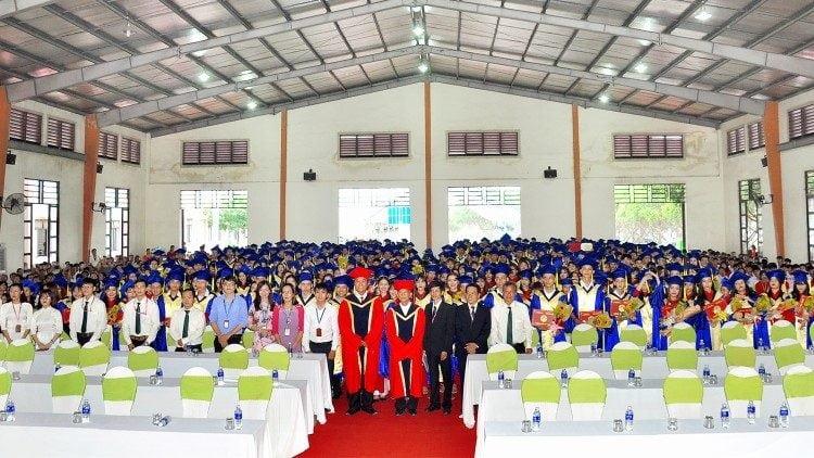 sinh vien tot nghiep 750x422 - Trường Cao đẳng Hoà Bình Xuân Lộc: tốt nghiệp và khai giảng