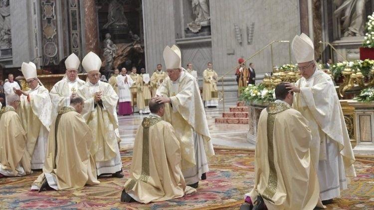 tan phong 4 giam muc 750x422 - ĐTC: Nhiệm vụ trước tiên của giám mục là cầu nguyện và Lời Chúa
