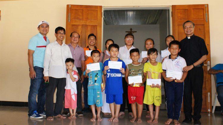 tan viet bac ai 06 750x422 - Giáo xứ Tân Việt: Cộng đoàn Lòng thương xót chia sẻ bác ái