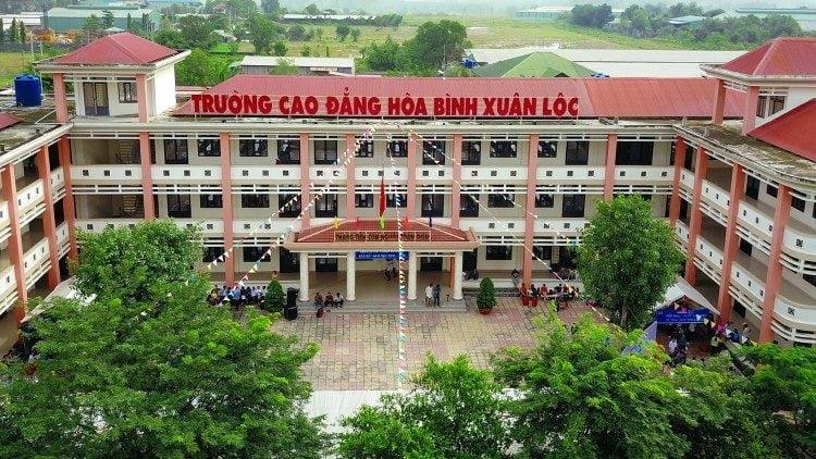 truong cao dang hoa binh xuan loc 750x422 - Trường Cao đẳng Hoà Bình Xuân Lộc: tốt nghiệp và khai giảng